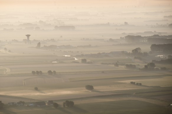 Polders in de nevel.
