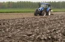 Ploegende tractor.