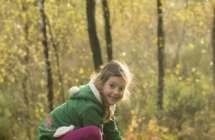 Kind spelend in het bos.